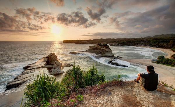 Sunset-Indah-di-Pantai-Klayar-Pacitan